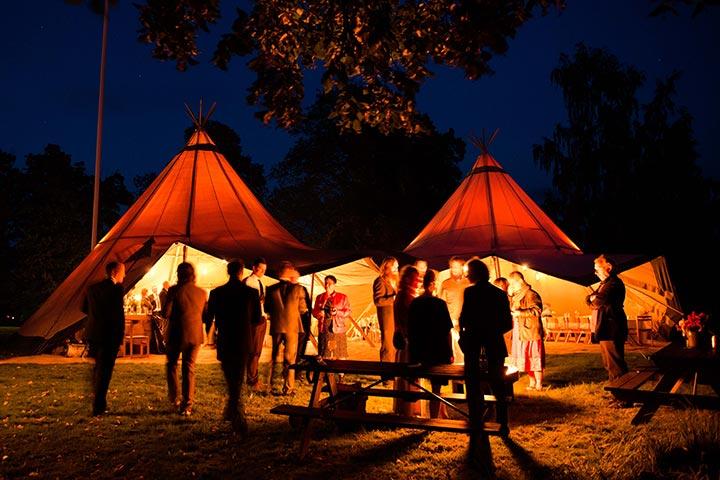 Vuur-en-Zweedse-tenten-laat-mensen-bij-elkaar-komen
