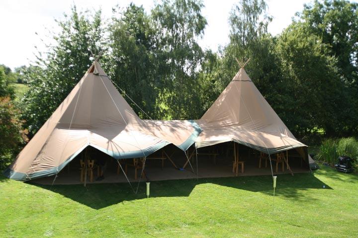 Zweedse-tenten-in-achtertuin