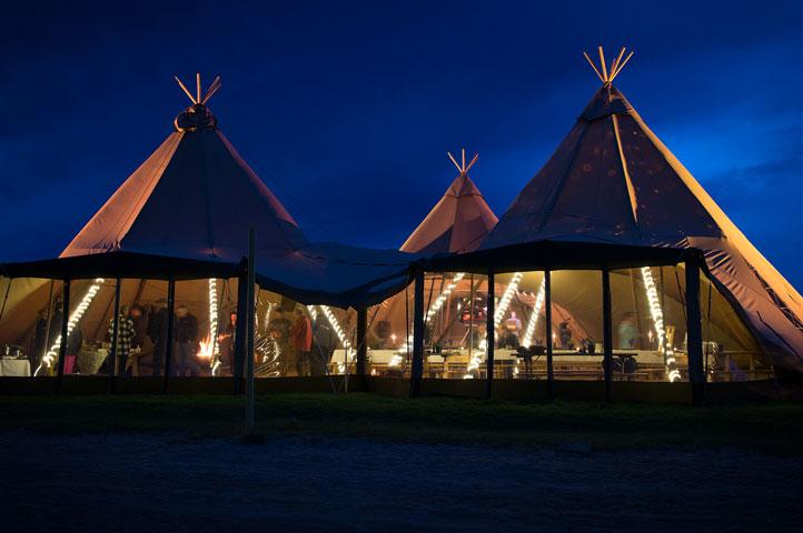 Bruiloft-met-3-gekoppelde-stratus-tenten