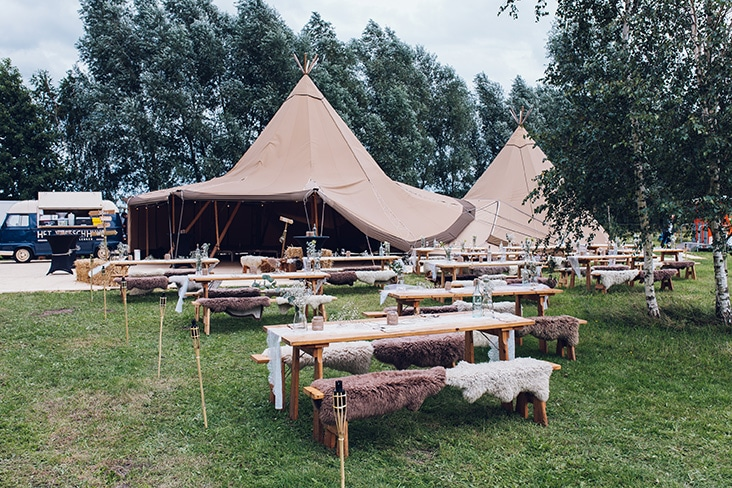 feest in tipi tent